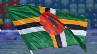 Dominika má na vlajce papouška - nezvykle fialově zbarveného