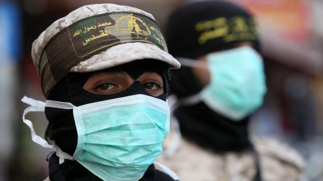 Palestinské bojovnice z islámského džihádu. Za pandemie se podílejí na dezinfekci objektů v pásmu Gazy.