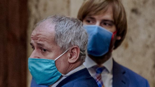 Nový a končící ministr zdravotnictví: Roman Prymula a Adam Vojtěch