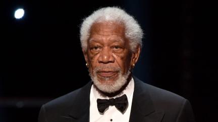 Proč má Morgan Freeman v uších zlaté kroužky