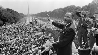 Martin Luther King 28. srpna 1963 během Pochodu na Washington. V ruce drží text slavného projevu 'I have a dream'