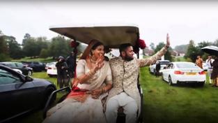 Roma Popatová a Vinal Pate mávají svatebčanům z golfového vozíku