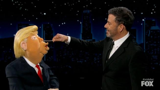 Jimmy Kimmel provádí koronavirový test na loutce Donalda Trumpa v satirickém pořadu Let's Be Real televize Fox
