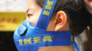 Pekingský designér vyrobil roušku ze slavné modré tašky IKEA