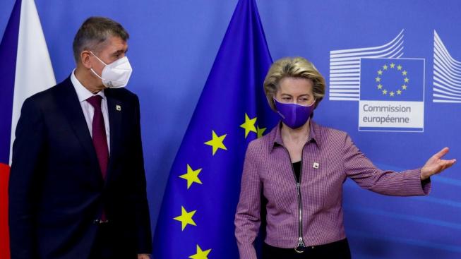 Andrej Babiš a šéfka Evropské komise Ursula von der Leyenová před summitem EU 15. října 2020