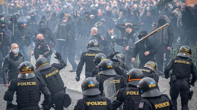 Protest odpůrců proticovidových opatření na Staroměstském náměstí skončil bitkou s policií