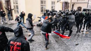Část demonstrantů se po skončení akce na pražském Staroměstském náměstí střetla s policií