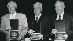 Zleva: Josef Bican, František Plánička a Václav Ježek jako první nositelé ceny dr. Václavy Jíry