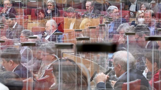 Poslance Bavorského zemského sněmu chrání před nákazou plexisla