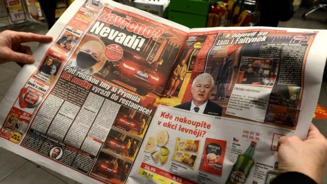 Deník Blesk přinesl fotografie Romana Prymuly a Jaroslava Faltýnka, jak bez roušky opouštějí restauraci na pražském Vyšehradě