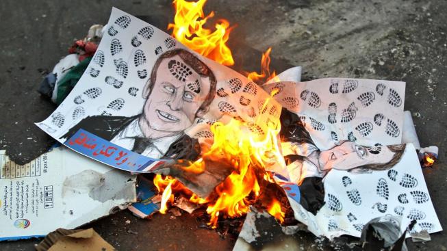 Proti Macronovi se protestovalo i před francouzskou ambasádou v Bagdádu