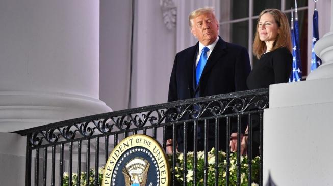 Amy Coneyová Barrettová s Donaldem Trumpem v Bílém domě krátce poté, co složila přísahu