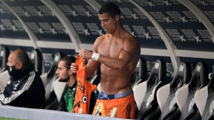 Ronaldo je zpátky z karantény, Messi je fotbalový Harry Potter