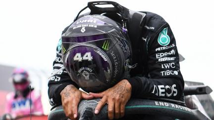 Lewis Hamilton sedmým titulem vyrovnal Schumacherův rekord