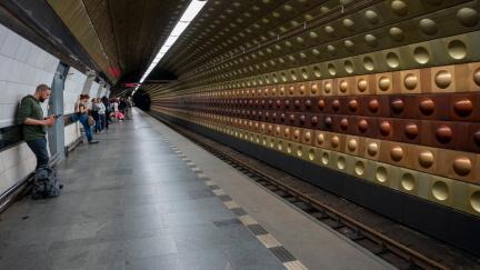 V pražském metru ubyly od září kvůli covidu miliony cestujících