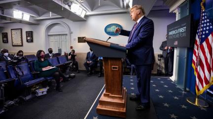 Trump to zkouší hrubou politickou silou. Troufne si obejít verdikt voličů?