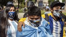 Davy lidí se poklonily Maradonovi, pohřben byl na přání rodiny už ve čtvrtek