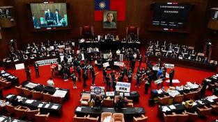 Opoziční Kuomintang ztropil výtržnost v tchajwanském parlamentu
