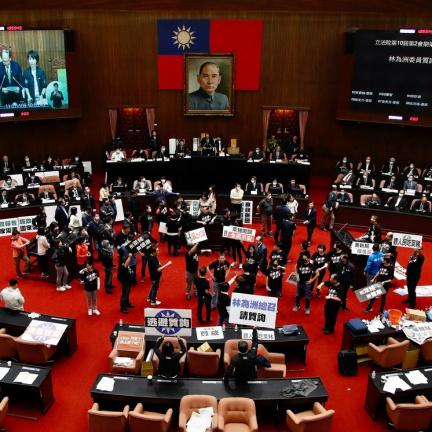 V dobré tradici tchajwanských parlamentních rvaček létaly tentokrát vnitřnosti