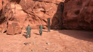 Záhadný kovový kvádr v poušti v americkém Utahu