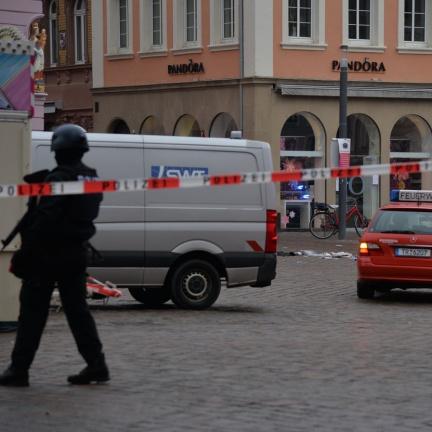 V Trevíru najelo auto do pěší zóny; řidič byl zadržen, na místě jsou mrtví a zranění
