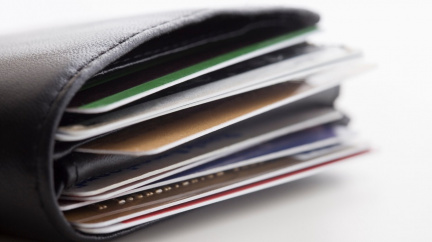 Za týden zbaštíme množství plastů odpovídající platební kartě