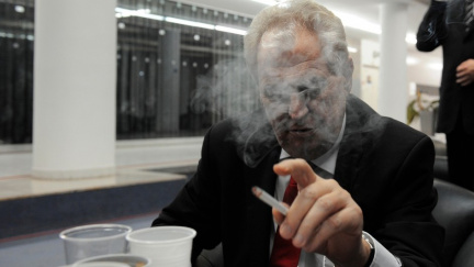 Přestane Zeman kouřit? Vsaďte si!