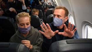 Alexej Navalnyj s manželkou Julijí v letadle na cestě z Německa do Moskvy