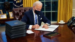 Biden už úřaduje: Návrat ke klimatické dohodě, konec mexické zdi