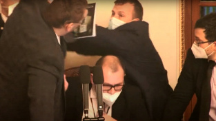 Poslanec Volný vyvolal ve sněmovně fyzickou potyčku