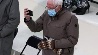 Senátor Bernie Sanders zaujal na inauguraci Joea Bidena především svými rukavicemi