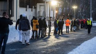 Fronty českých pendlerů u testovacího centra na hraničním přechodu Furth im Wald