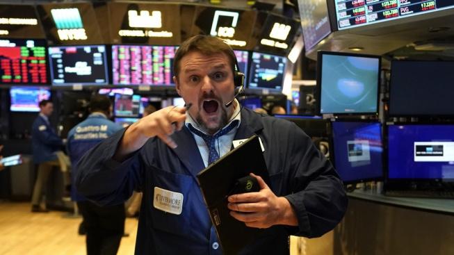 Zděšený obchodník s akciemi na newyorské burze. Kurzy některých akcií popírají logiku trhu.