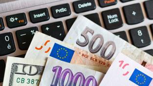 Česká měna je k euru nejsilnější od doby před začátkem prvního nouzového stavu.