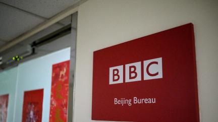 Peking zakázal vysílání BBC, vztah mezi Čínou a Británií chladne