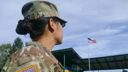 Nalakované nehty a culík. Americké vojačky dostaly povolení vypadat víc žensky