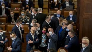 Nouzový stav je podle vládních i většiny opozičních stran nezbytný kvůli současné eskalaci pandemie koronaviru