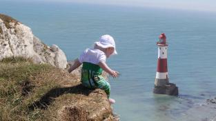Otec svou dceru pomocí Photoshopu inscenuje do nebezpečných situací.