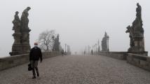 V Česku platí přísnější pravidla: Lidé nesmějí opustit okres, povinné jsou respirátory
