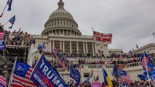 Na Kapitol zaútočili Trumpovy příznivci 6. ledna. Trump je vyzval je k pochodu k budově zákonodárného sboru