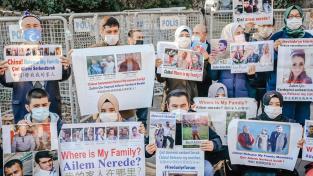 Členové ujgurské menšiny protestují před čínským konzulátem v Istanbulu, žádají zprávy o svých zmizelých příbuzných