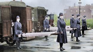 Všudypřítomné roušky, přeplněné nemocnice a masové hroby na kolorovaných dobových fotografiích: 4. března 1918 byl v USA diagnostikován první případ španělské chřipky, jíž na celém světě padly za oběť desítky milionů lidí.