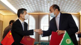 Čínský velvyslanec v Egyptě Liao Liqiang a Hossam Zaki z Ligy arabských států (AL)