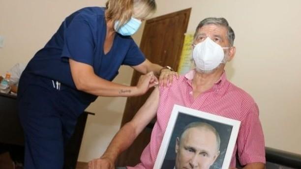 argentinský starosta se nechává očkovat