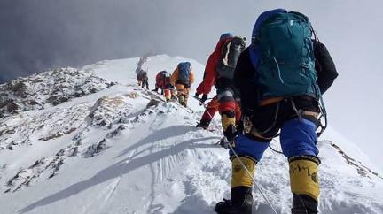 Po roční pauze Everest opět čeká nával horolezců. Šerpové už chystají cesty
