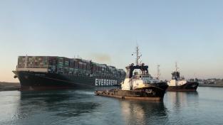 Poté, co se tento týden napříč Suezským průplavem zaklínila téměř 400 metrů dlouhá loď Ever Given, zůstala před ústím kanálu zablokovaná pestrá směsice plavidel