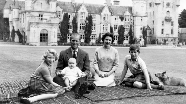 královská rodina před zámkem Balmoral