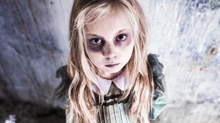 Netradiční koníček sedmileté dívky. Maskuje se za nejhrůznější postavy z hororů
