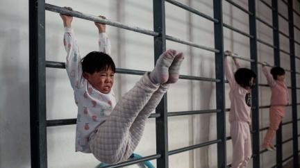 Dril k slzám i cvičení hrou: Jak trénují dětské naděje čínské gymnastiky