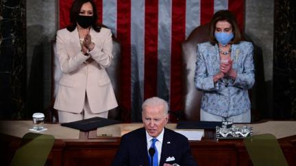 Amerika se dala do pohybu. Joe Biden 100 dnů prezidentem